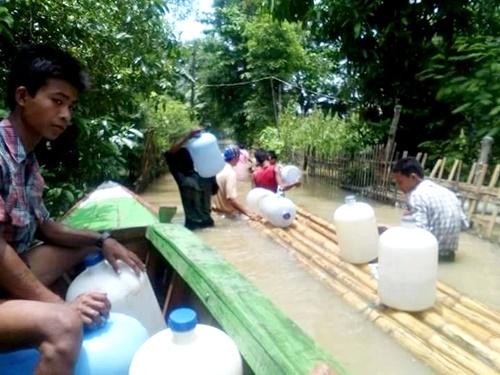 被災地に飲料水を届ける支援者