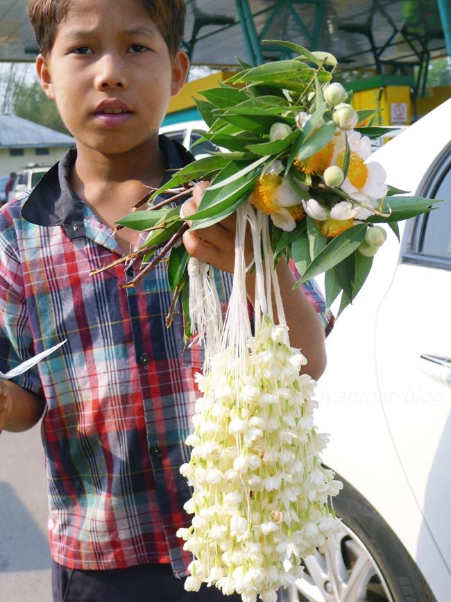 路上で花を売っていた少年