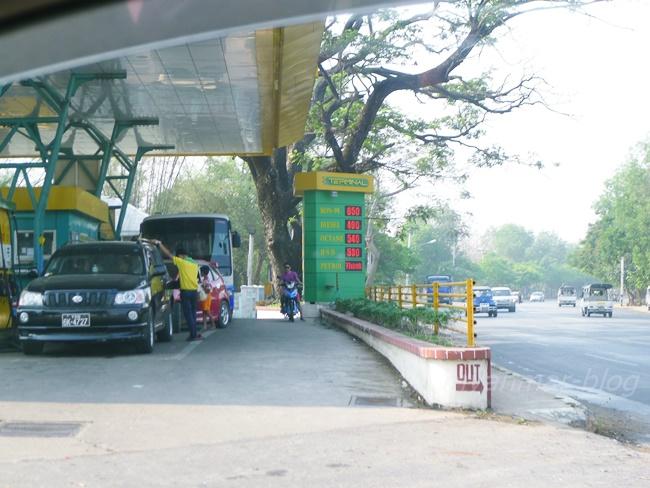 ミャンマーのガソリンスタンドに電光掲示板。ウソみたい。