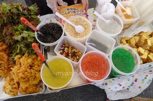 数種類のゼリーやプリン、タピオカ、アイスクリームなどを入れて食べます
