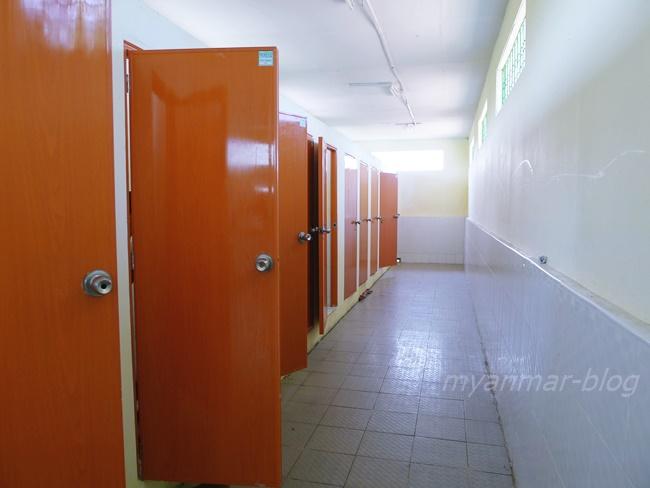 広くてよく掃除されたトイレ。ありがたい!