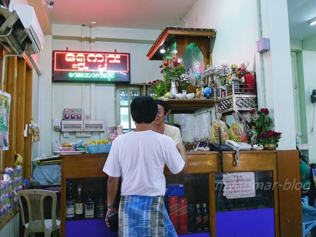 店の一角にボスが座る番台があり、仏様を祀る神棚が必ずある