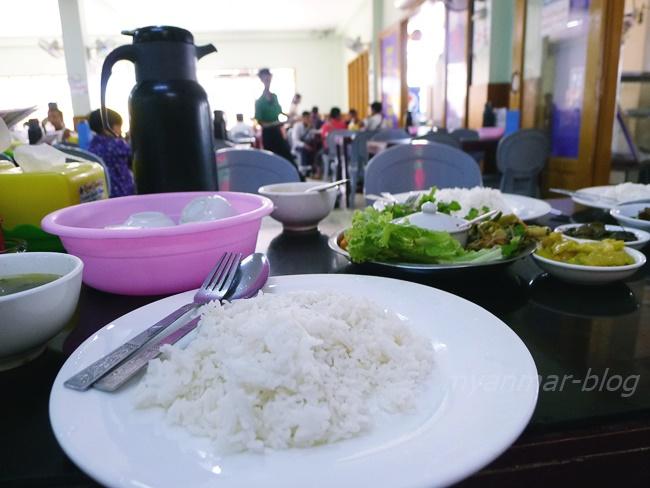 席に座るとご飯とサービスの生野菜や漬物が運ばれてきます
